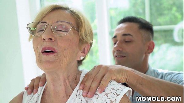 Abuela disfruta un tiempo a solas con joven