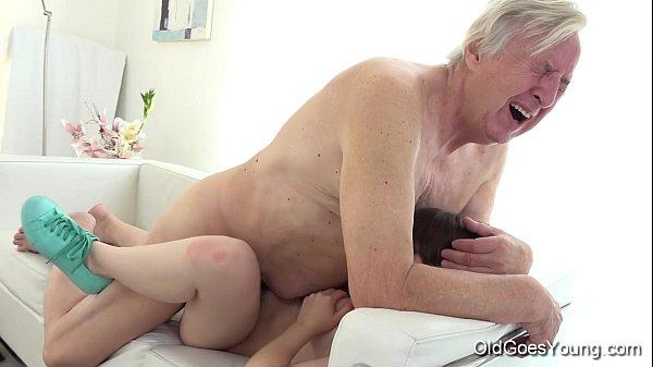 Abuelo folla a nieta en el sofa
